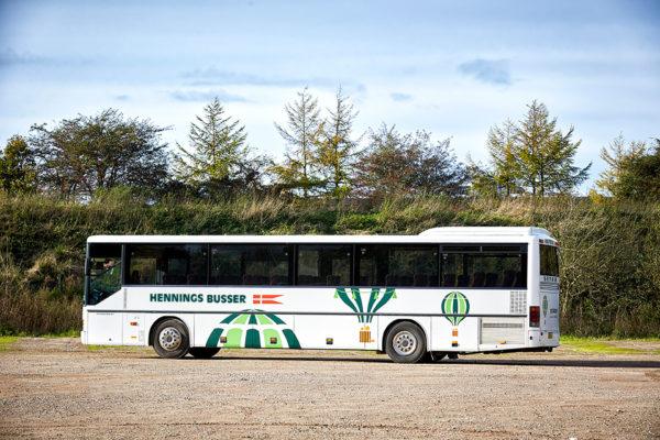 Lej en bus med chauffør ved Hennings Busser